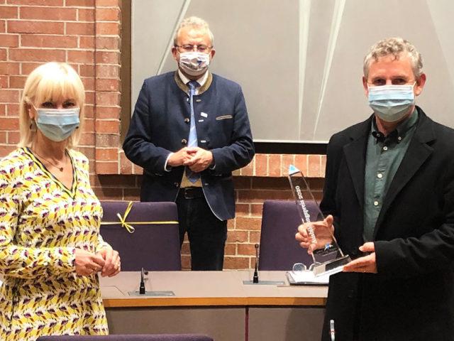 Übergabe des Ausbildungspreises durch Staatsministerin Carolina Trauter und Landrat Josef Laumer an Gschäftsführer Ludwig Knott